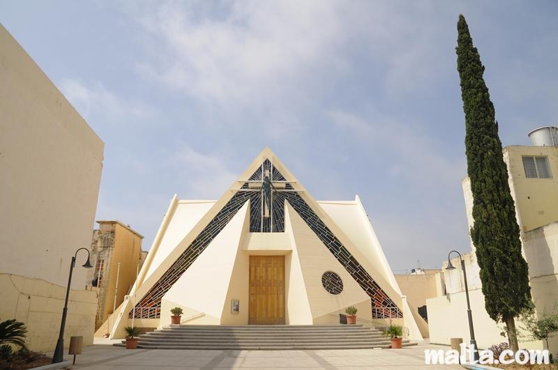 Symbolik im Allgemeinen und im weiteren Sinne - Seite 2 Entrance-to-the-fgura-parish-church