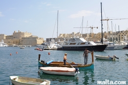 Luzzu taxi to valletta parking in the Senglea Bay