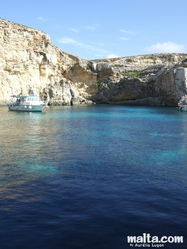 Blue water and boBlue water and boat in Cominoat in Comino