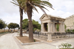 memorial and palm trees  in hastings garden valletta